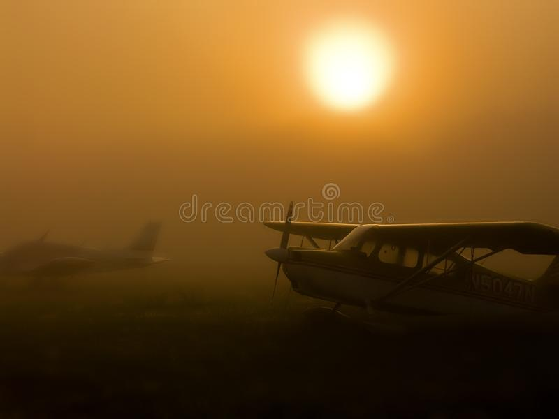 Vliegtuigen in Mist royalty-vrije stock foto's