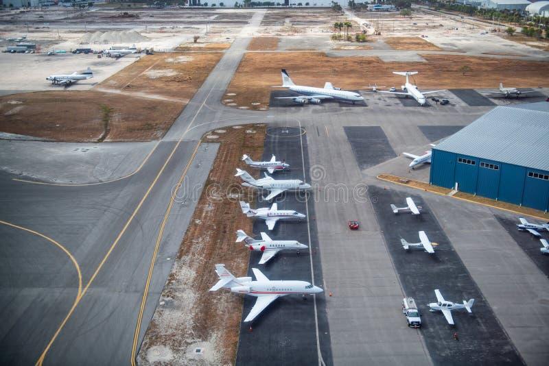 Vliegtuigen op de baan royalty-vrije stock afbeeldingen