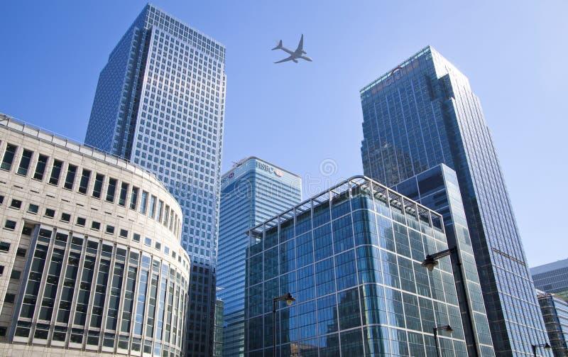 Vliegtuigen over de wolkenkrabbers die van Londen in de Stadsluchthaven gaan landen