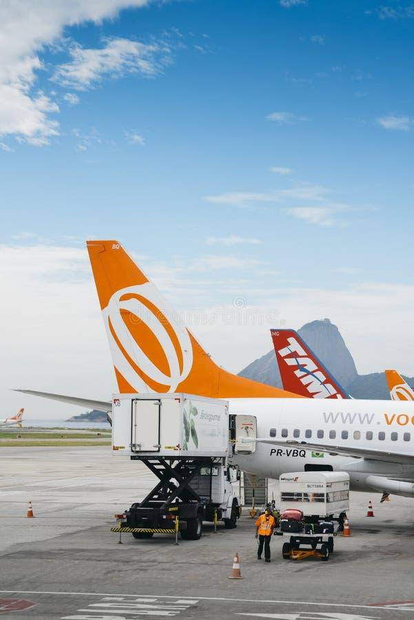 Vliegtuigen in Rio de Janeiro ` die s Santos Dumont Airport binnenlandse vluchten onderhouden royalty-vrije stock foto