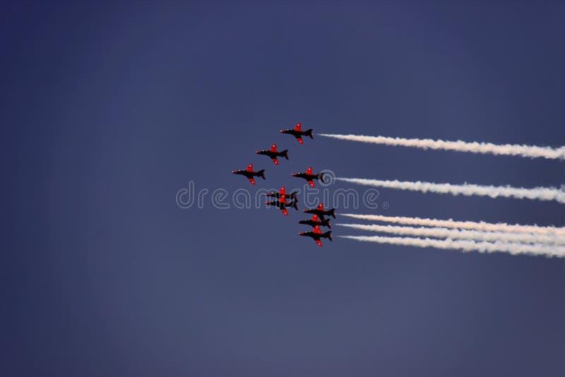 Vliegtuigen rode pijlen, die in de hemelvormen leiden tot, Cyprus stock afbeelding