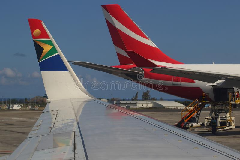 Vliegtuigen in Sir Seewoosagur Ramgoolan International Airport in Mauritius stock foto