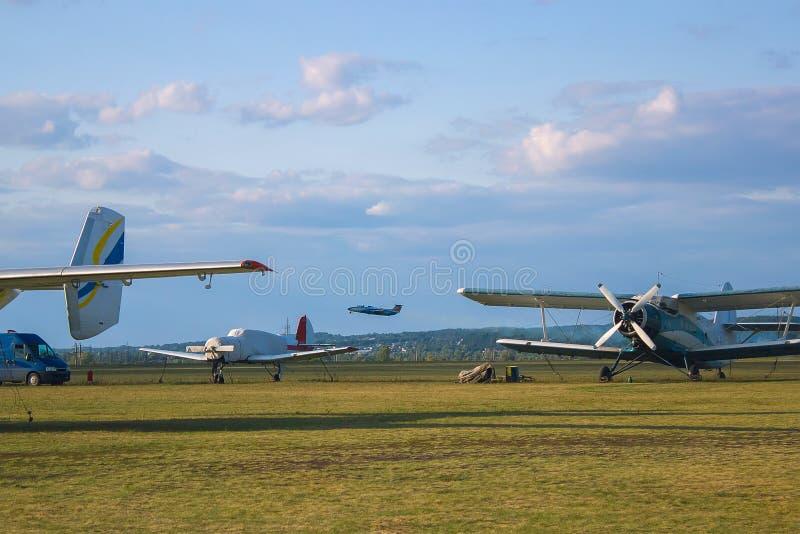Vliegtuigen tijdens vluchtluchtvaart royalty-vrije stock afbeeldingen
