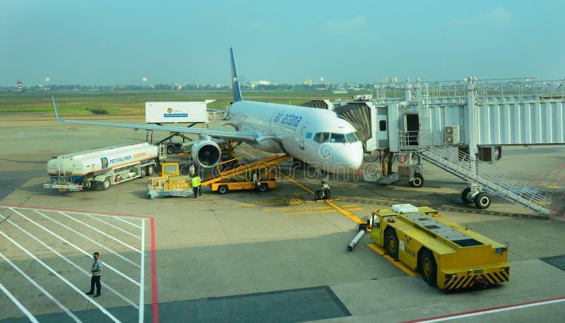 Vliegtuigen voor de burgerluchtvaart die bij Tan Son Nhat International-luchthaven parkeren royalty-vrije stock afbeeldingen