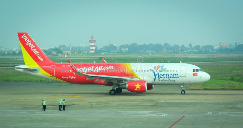 Vliegtuigen voor de burgerluchtvaart die bij Tan Son Nhat International-luchthaven parkeren stock afbeelding