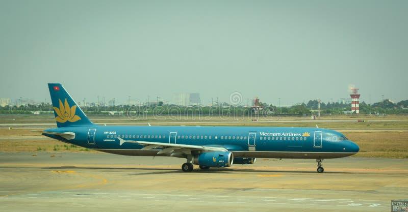 Vliegtuigen voor de burgerluchtvaart die bij Tan Son Nhat International-luchthaven parkeren royalty-vrije stock foto