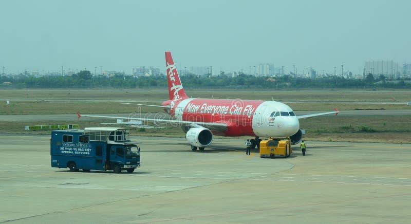 Vliegtuigen voor de burgerluchtvaart die bij Tan Son Nhat International-luchthaven parkeren royalty-vrije stock afbeelding
