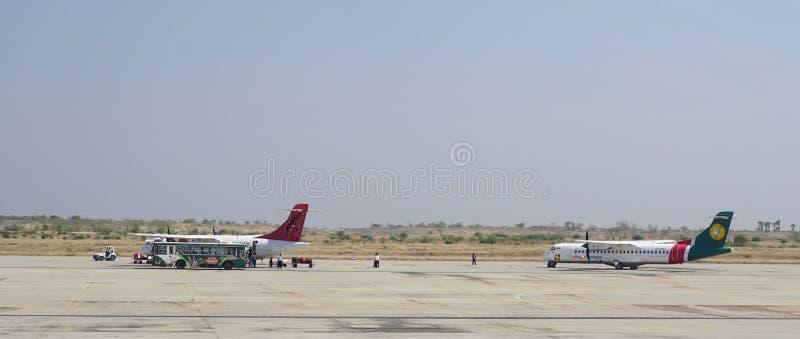 Vliegtuigen voor de burgerluchtvaart die in Mandalay Internationale luchthaven parkeren stock afbeelding