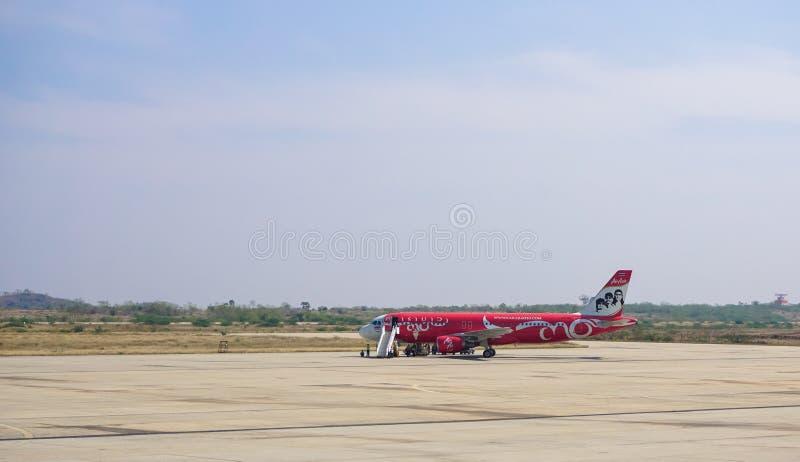 Vliegtuigen voor de burgerluchtvaart die in Mandalay Internationale luchthaven parkeren royalty-vrije stock afbeelding