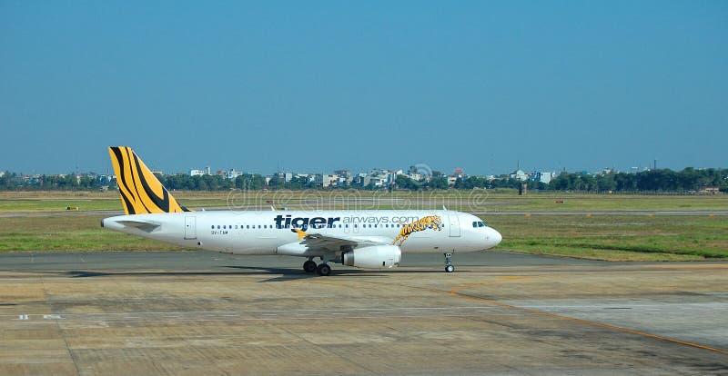 Vliegtuigen voor de burgerluchtvaart die in Mandalay Internationale luchthaven parkeren royalty-vrije stock fotografie