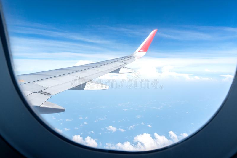 Vliegtuigen Wing Look bij mening met wolkenhemel stock foto's