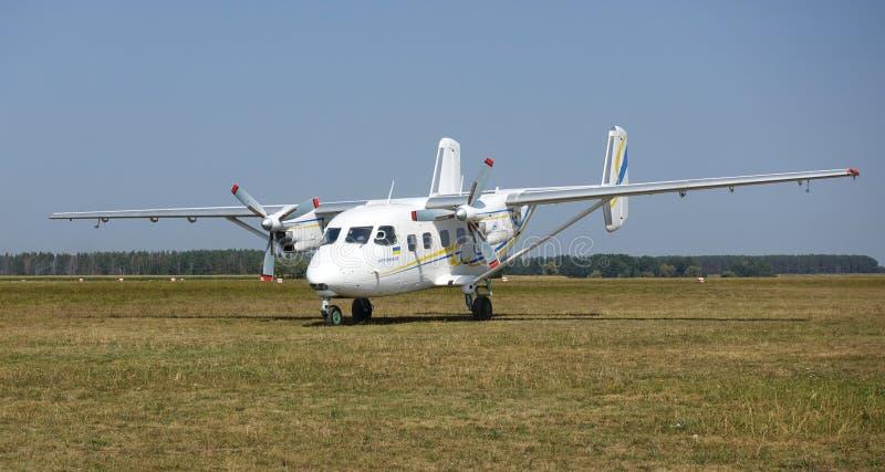 Vliegtuigen 28, zich bevindt op het gebied vóór vlucht stock foto's