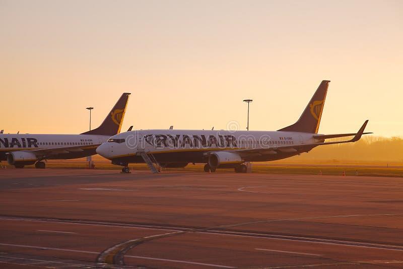 Vliegtuigen in zonsopgang stock foto
