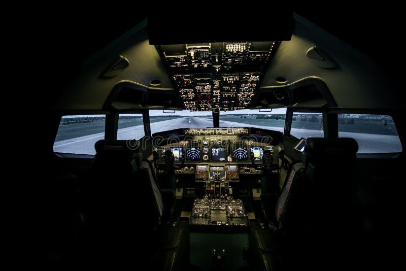 Vliegtuigenbinnenland, cockpitmening binnen het lijnvliegtuig Standpunt van een proefplaats in een vliegtuig stock fotografie