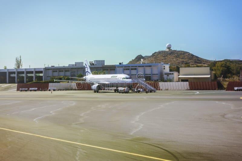 Vliegtuigenluchtbus A320, Egeïsche luchtvaartlijnen, de Luchthaven N van Heraklion Kaza stock afbeelding