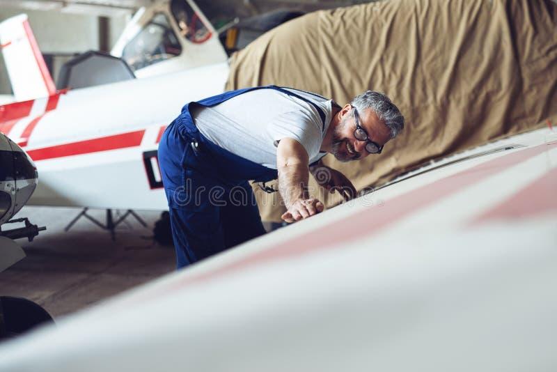 Vliegtuigenonderhoud Mechanisch Inspecting en het Werken royalty-vrije stock afbeeldingen