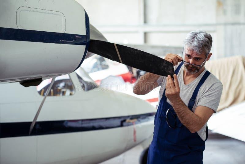 Vliegtuigenonderhoud Mechanisch Inspecting en het Werken stock foto