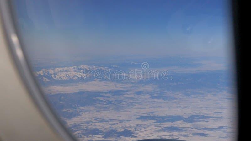 Vliegtuigenvleugel en schilderachtig berglandschap van hoog niveau van vliegtuigvenster stock video