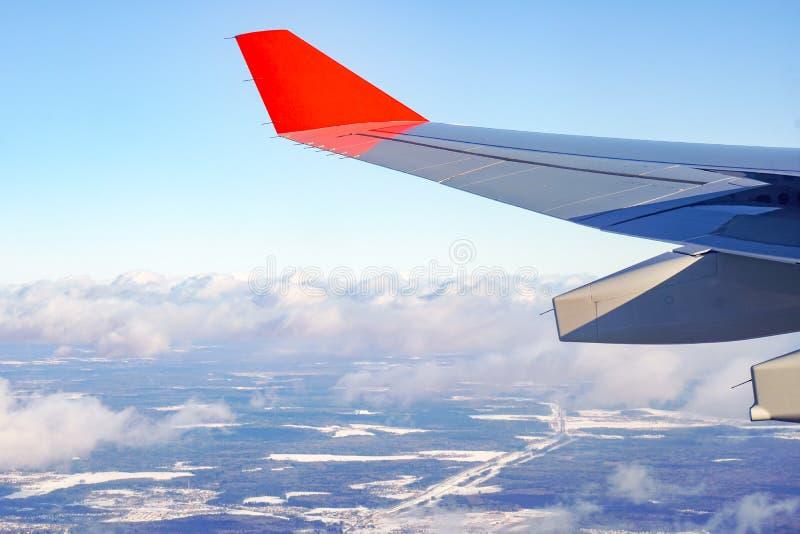 Vliegtuigenvleugel met rode winglets stock foto's