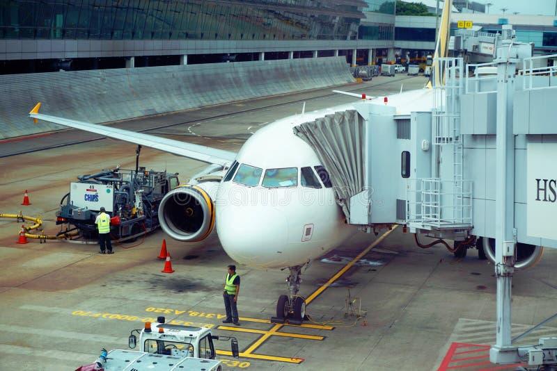 Vliegtuigenvliegtuig in de Changi Luchthaven van Singapore stock foto
