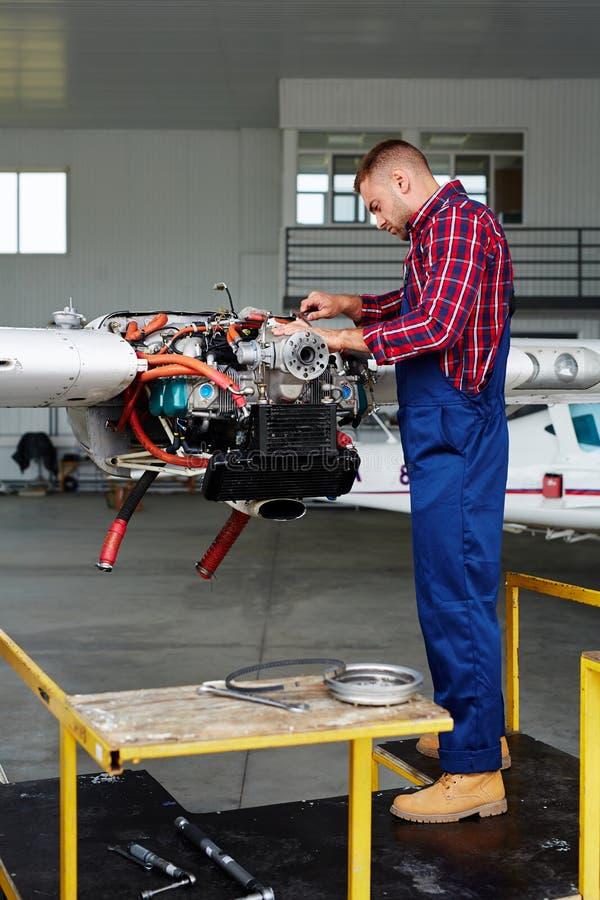 Vliegtuigingenieur Fixing Turbine stock fotografie
