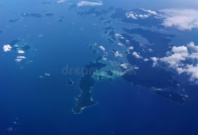Vliegtuigmening van blauwe overzees en blauwe hemel royalty-vrije stock afbeelding
