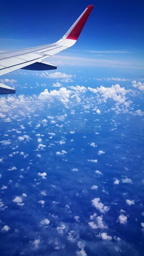 Vliegtuigmening van blauwe overzees en blauwe hemel royalty-vrije stock afbeeldingen