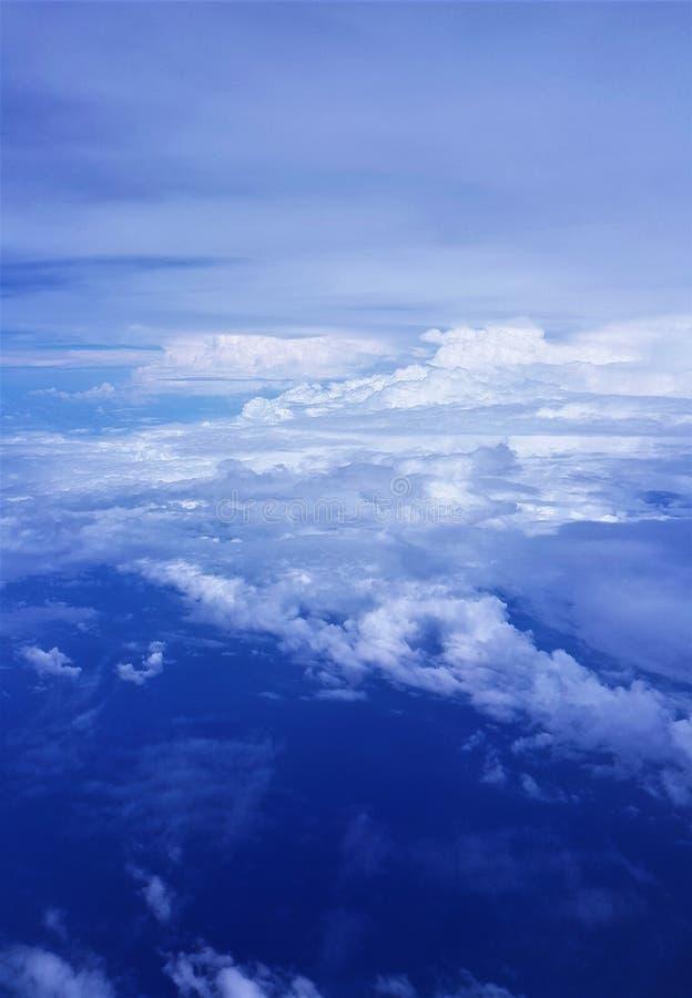 Vliegtuigmening van blauwe overzees en blauwe hemel stock afbeeldingen