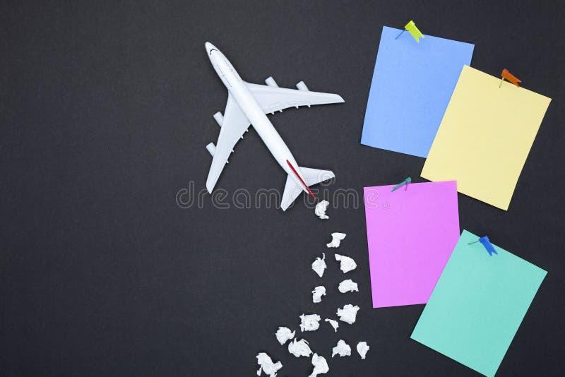Vliegtuigmodel met diverse document bal en leeg kleurrijk document royalty-vrije stock afbeeldingen