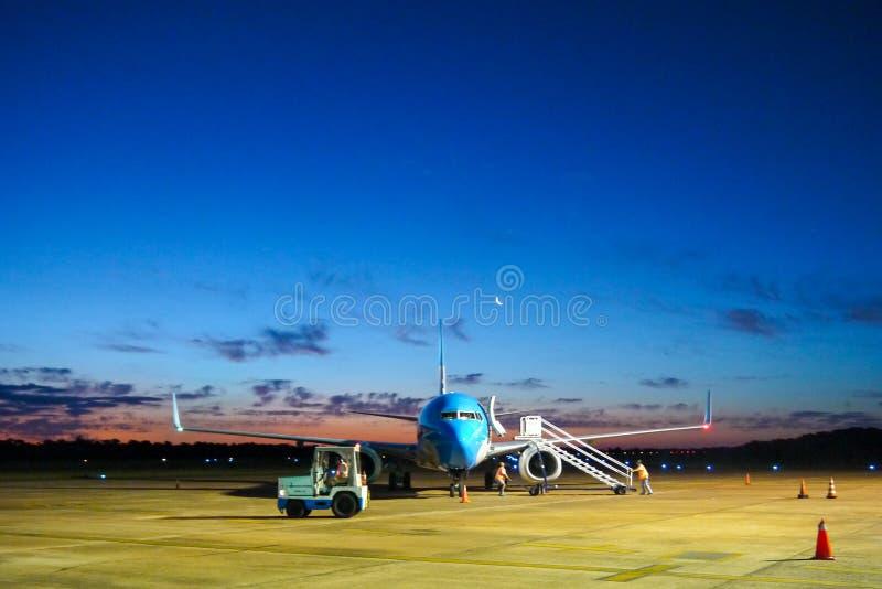 Vliegtuigparkeren bij de luchthaven stock foto's