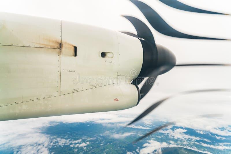 Vliegtuigpropeller door het venster wordt gezien dat royalty-vrije stock foto's