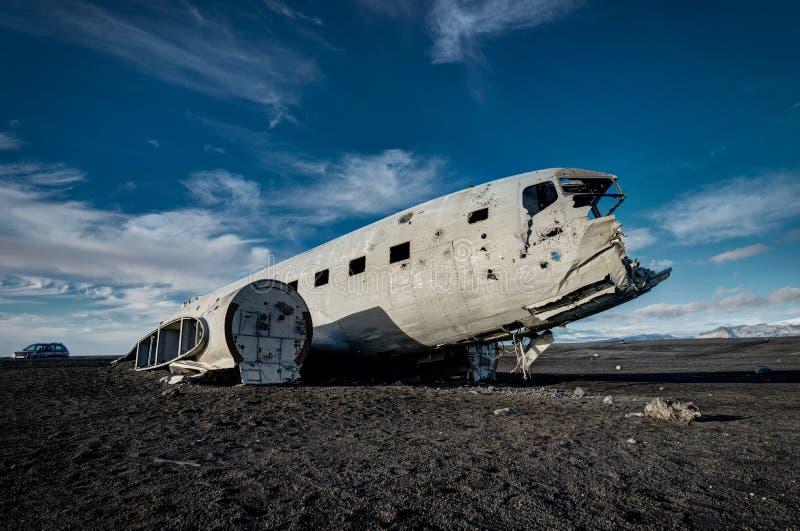 Vliegtuigschipbreuk Solheimasandur IJsland op zwart zandstrand stock afbeelding
