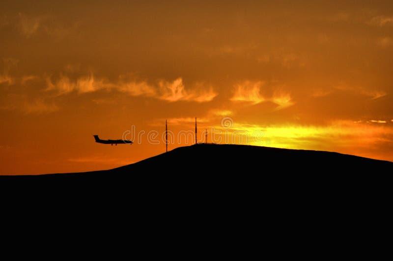 Vliegtuigsilhouet op een zonsondergangachtergrond royalty-vrije stock foto