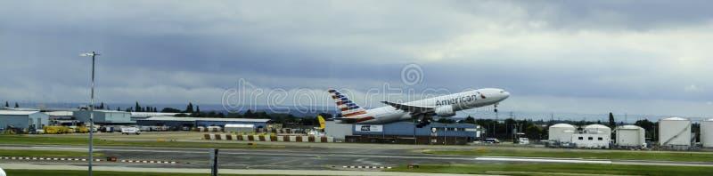 Vliegtuigstart bij Terminal 5 van Londen Heathrow stock foto's