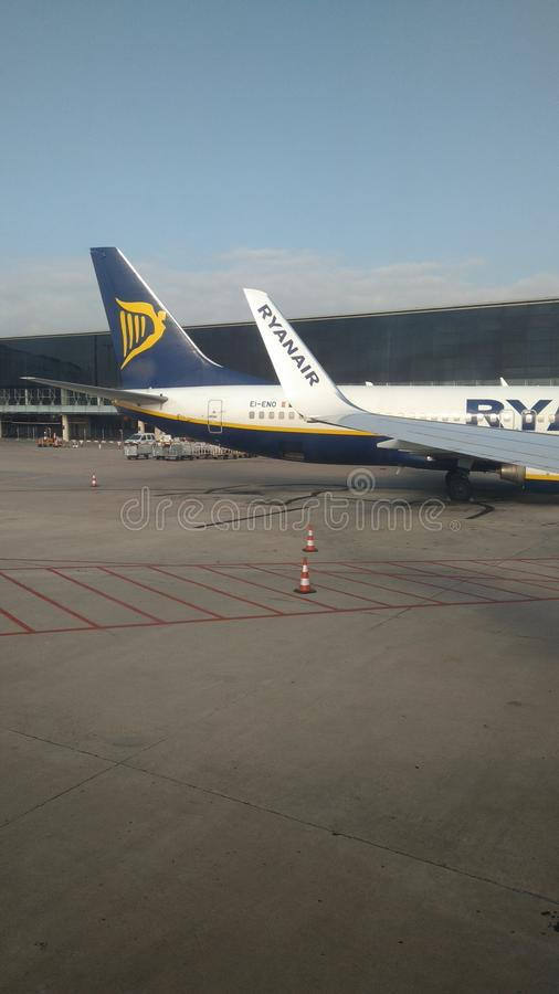 Vliegtuigvleugel in Barcelona, Ryanair stock afbeelding