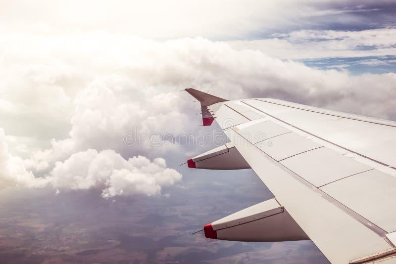 Vliegtuigvleugel door het vliegtuigenvenster Broeikaseffect, het globale verwarmen zonneschijn royalty-vrije stock afbeeldingen