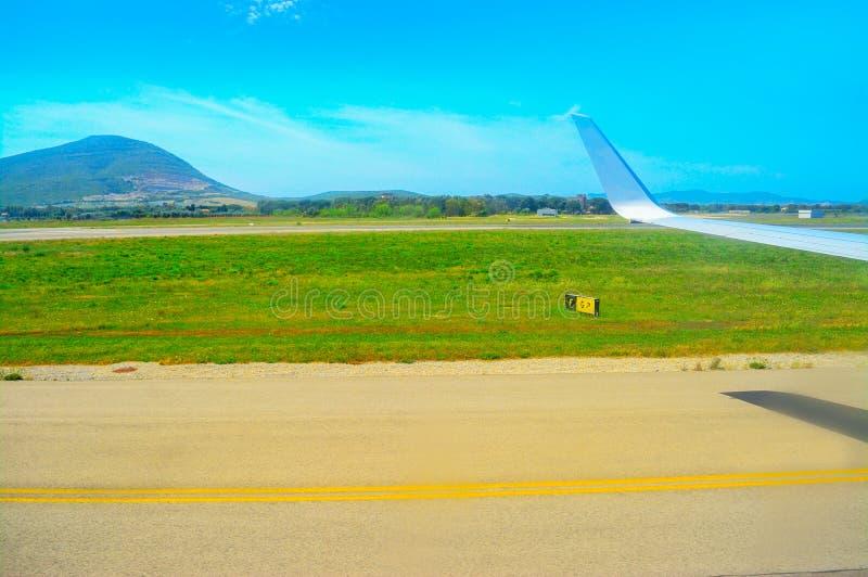 Vliegtuigvleugel over een taxibaan royalty-vrije stock foto