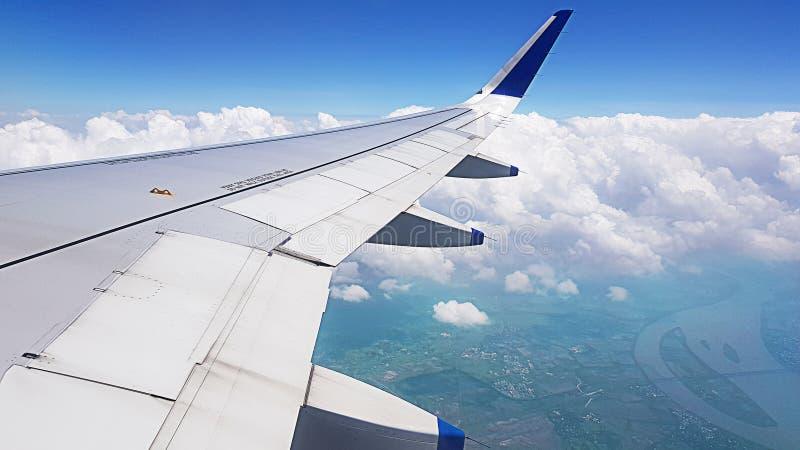 Vliegtuigvleugels op exorbitant royalty-vrije stock afbeelding