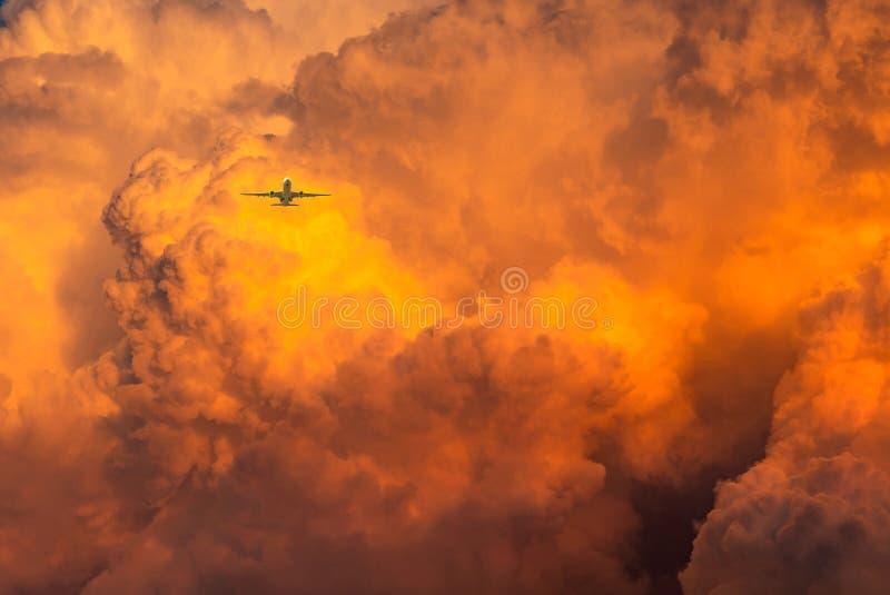 Vliegtuigvlieg over dramatische oranje hemel en wolken abstracte achtergrond Hoogste mening van oranje wolken Kunstbeeld van oran stock foto's