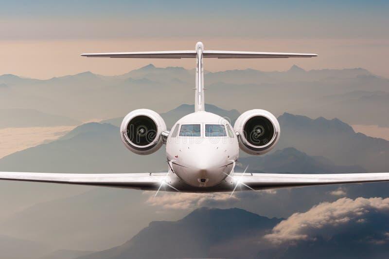 Vliegtuigvlieg over wolken en van Alpen berg op zonsondergang Vooraanzicht van een groot passagier of ladingsvliegtuig, bedrijfss royalty-vrije stock foto
