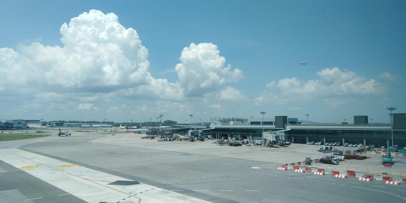 Vliegveld buiten Changi Luchthaven eind 1 het bekijken wandelgalerij stock afbeelding