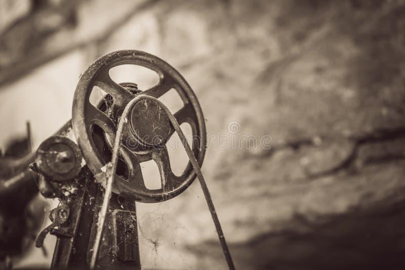 Vliegwiel van een oude naaimachine royalty-vrije stock foto's