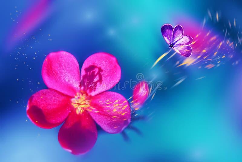 Vlinder op een mooie roze tropische bloem Natuurlijke tropische de zomerachtergrond Selectieve nadruk Gele bloemblaadjes in motie royalty-vrije stock foto