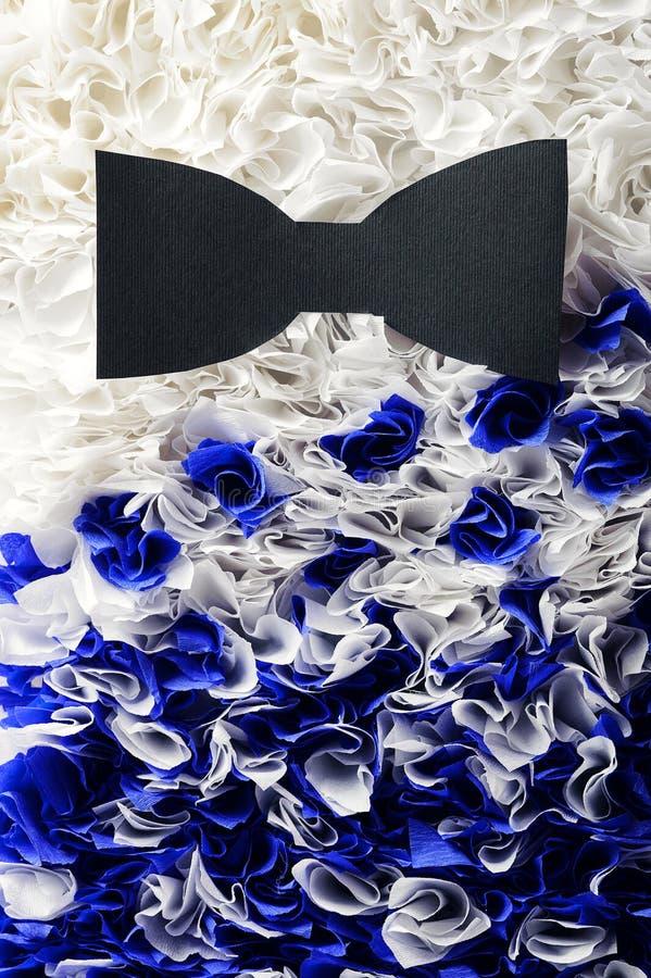 Vlinderdas lichtblauwe kleur op een achtergrond van grijs marmer stock fotografie