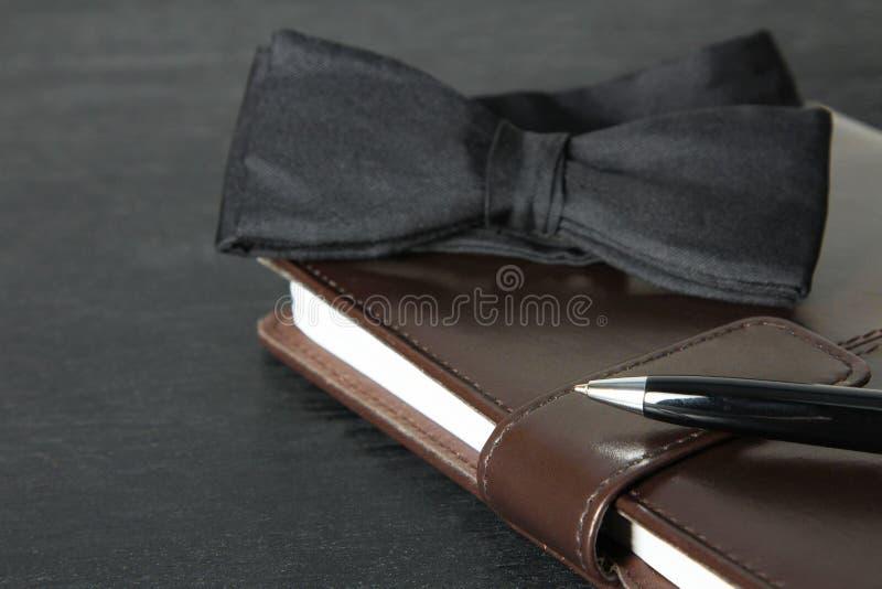 Vlinderdas, notitieboekje en pen royalty-vrije stock foto's