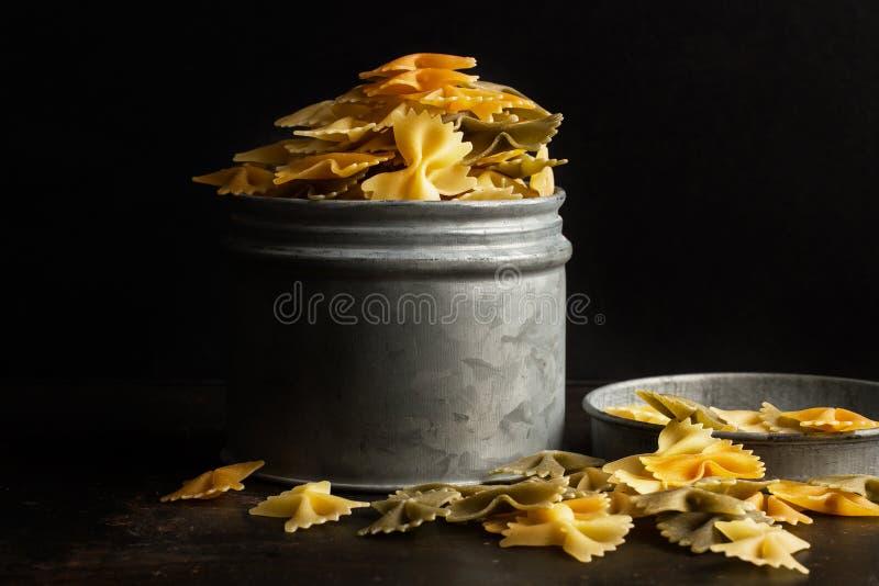 Vlinderdasdeegwaren in een metaalkruik royalty-vrije stock foto's