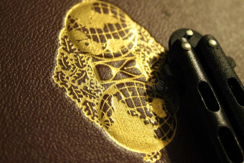 Vlindermes naast boek met gouden verbinding stock fotografie