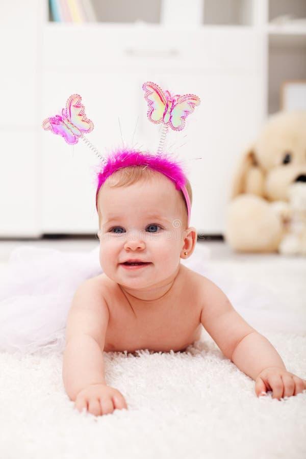Vlinderprinses die - babymeisje op de vloer kruipen royalty-vrije stock afbeelding