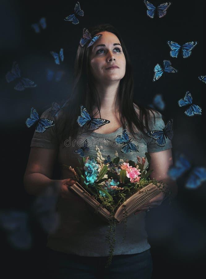Vlinders die uit boek komen stock afbeelding