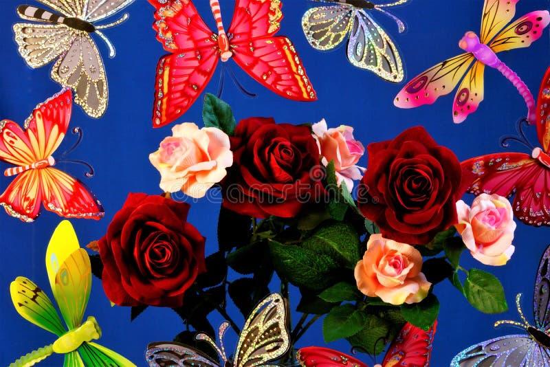 Vlinders, libellen die op een boeket van rozen, op een blauwe hemelachtergrond vliegen stock afbeelding